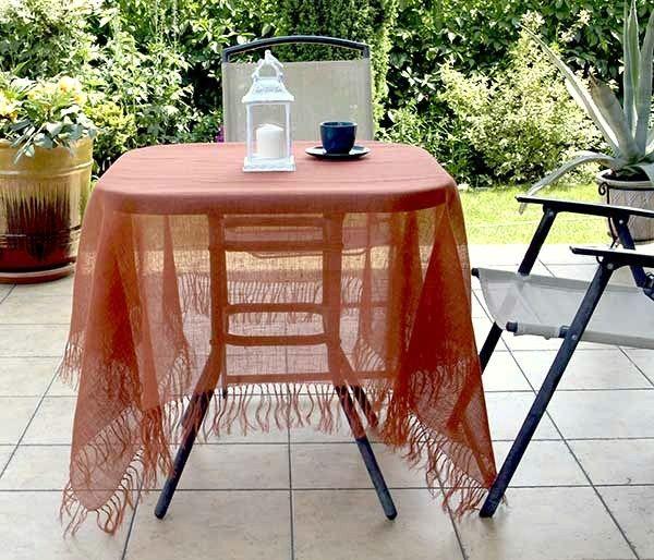 Serweta z siatki lnianej w kolorze rudym z frędzlami. Na kwadratowy lub okrągły stół.