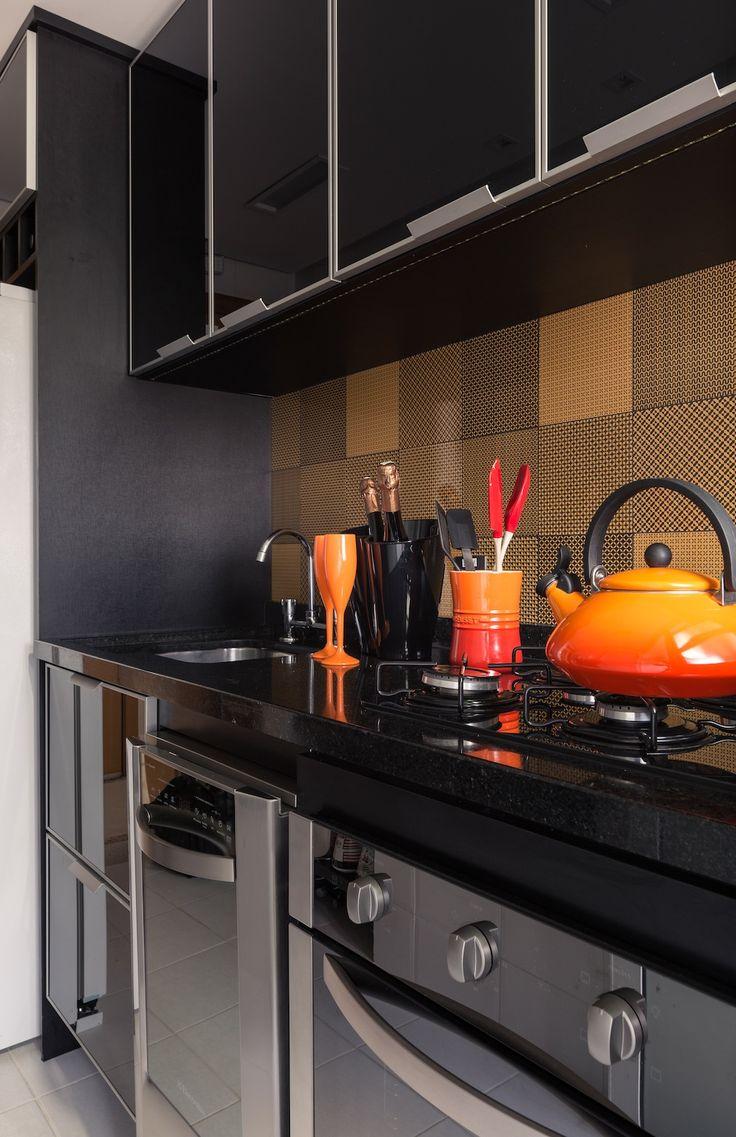 Tudo o que esse casal queria era que o seu novo apartamento refletisse o estilo de vida adotado por eles e abrigasse seus planos para o futuro. Localizado no bairro de Petrópolis, na cidade de Porto Alegre, o imóvel de apenas 60 m² recebeu nova vida pelas mãos das arquitetas Fernanda Braccini e Mariane Lima. …