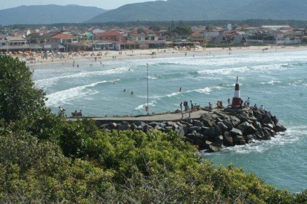 Praia da Barra da Lagoa, em Florianópolis. Visite o GuiasBrasil