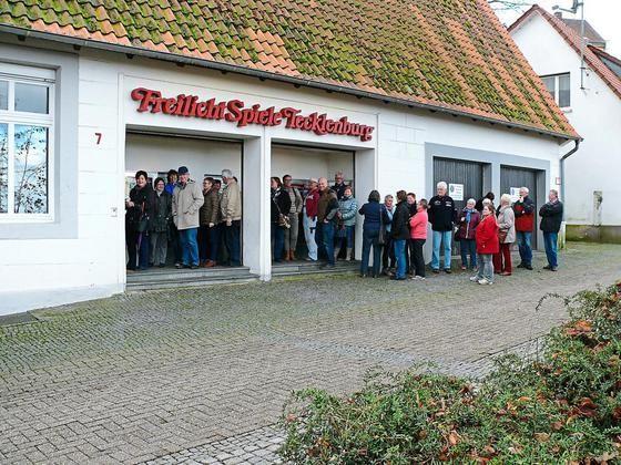 Bis zu zwei Stunden Wartezeitnahmen die Musical-Fans gestern in Kauf. Vor der Theaterkasse bildeten sich lange Schlangen. Bereits früh um sechs Uhr standen die ersten Kunden vor der Tür.