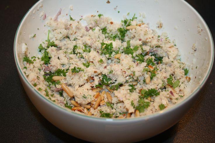 """Ingredienser: 1 blomkål Pinjekerner Persille 1 skalotteløg 1 hvidløg Salt og peber 1 håndfuld mandler Fremgangsmåde: Hak blomkålen i mindre stykker og kør det igennem med kniven i foodprocessoren. Kom lidt fedtstof på en pande og pres hvidløg deri, vend """"""""couscousen"""" på panden (pas på det ikke brænder på, kom derfor lidt vand på panden). …"""