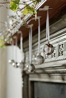 mantel.: Xmas Mantels, Fireplaces Mantels, Mantel Decor, Decor Fireplaces, Mantels Ideas, Christmas Ideas, Christmas Mantles, Hanging Ornaments, Christmas Mantels