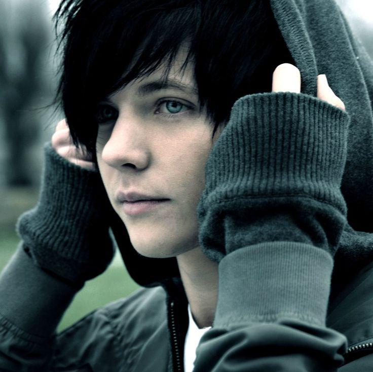 Парень с голубыми глазами и чёрными волосами