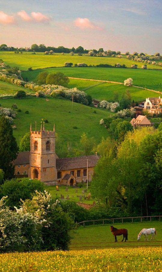 Muitas vezes o grande sucesso não está nem na estética da construção, mas no contexto. Olha essa paisagem! O que é isso, minha gente? A Igreja de St. Andrews fica  na aldeia de Cotswold de Naunton, Gloucestershire, Inglaterra. Com um visual desses é fácil agradecer a Deus por tudo!