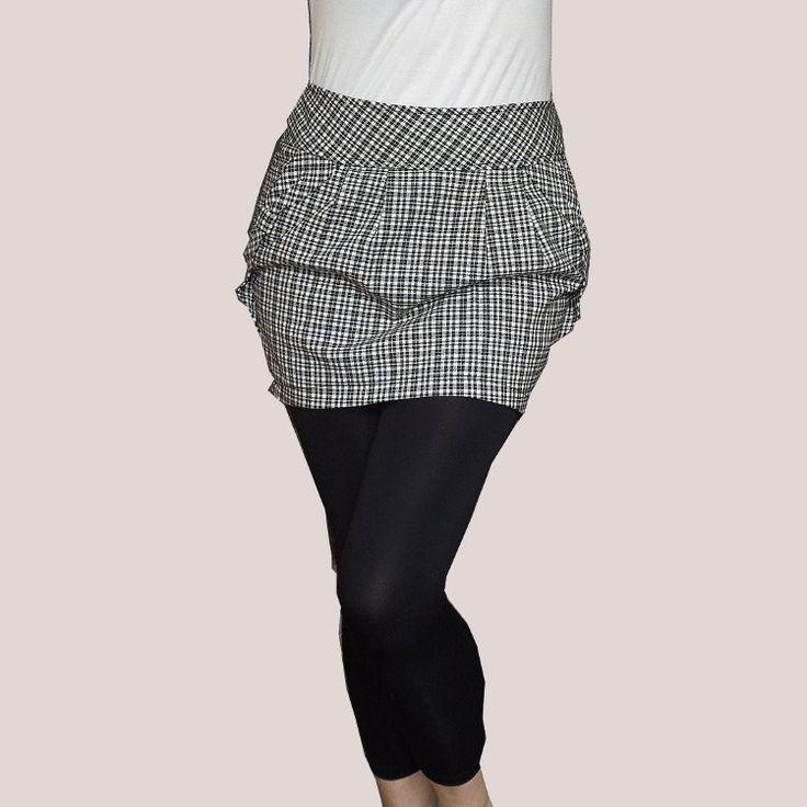 Sukně mini, krátká, soudek, káro, s kapsami Sukně je krátká, s kapsami, pevným pasem, ve tvaru soudku, v zadu na zapínání na zip. Lem kapes zdobí ozdobná kreace. Míry: pas 78, pásek se kónicky rozšiřuje od 78 do 82 při šířce 7 cm, takže sukně pohodlně a pěkně sedí, pásek je pevný, široký 7 cm, vzadu u zipu 8 cm, délka sukně je 39 cm, velikost 36, S. Sukně je ...
