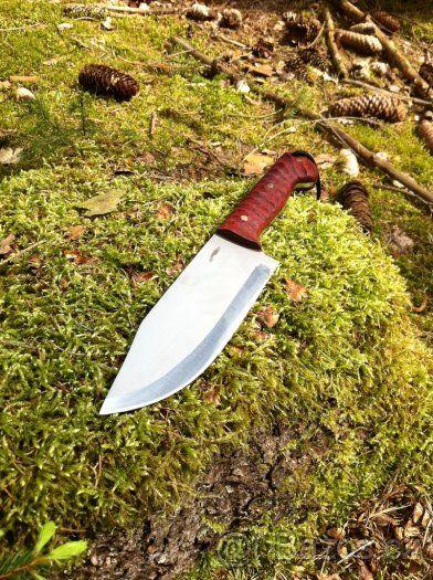 Velký, ručně vyrobený nůž, čtěte prosím celý TEXT - Nabízím ručně vyrobený nůž z nejkvalitnějších materiálů, včetně kydex pouzdra. Je to ruční výroba, žádná sériovka! Nůž je vyroben z jednoho kusu oceli. Viz. foto. Popis nože číslo 7. Ocel čepele: N690 je korozivzdorná ocel vyrobená rakouskou firmou Bohler Materiál střenky: dřevo Padouk, nýty: mosaz Tvrdost: 60-61HRC Celková délka nože: 280mm Délka čepele: 150mm Šířka čepele: 50mm Tloušťka čepele: 4mm Kydex pouzdro: černé barvy (Kydex je…