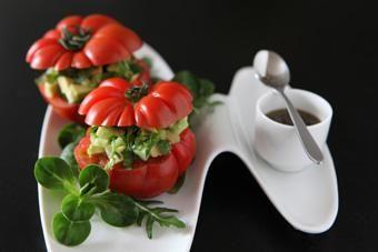 Hacher finement un tiers du sachet mâche & saveur corsée Bonduelle, mélange subtil de mâche et roquette.Dans un saladier, mélanger ces feuilles de salades finement émincées avec un demi-concombre et un avocat coupés en dés.Arrosez d'un jus de citron jaunes, salez, poivrez et mélangez longuement.Couper le chapeau de quatre tomates (des marmandes, de préférence), videz-les à l'aide d'une cuillère parisienne et garnissez-les avec la farce de concombre et d'avocat.Mixer 50 g d'olives noir...