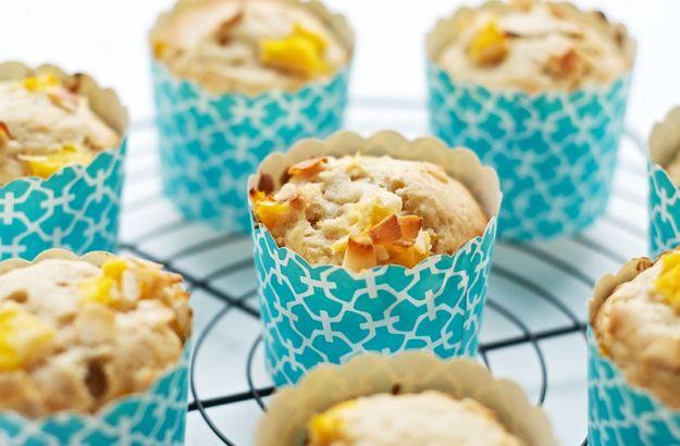Kokosové muffiny si můžete dopřát k snídani, na oběd či k večeři nebo si je můžete jen tak vzít s sebou do práce, kde vám s dobrou kávou určitě padnou vhod.