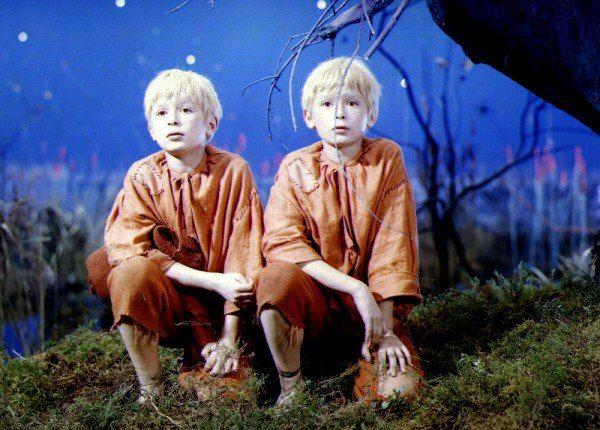 Zapewne scenarzyście i reżyserowi filmu nawet do głowy nie przyszło, że ci dwaj chłopcy w przyszłości jeszcze zdołają sporo namieszać...