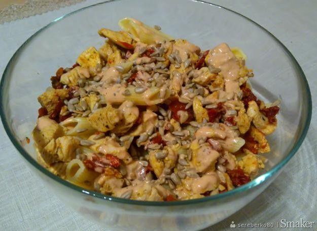 Sałatka z makaronem, kurczakiem i suszonymi pomidorami.