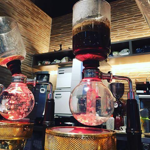 サイフォンでコーヒーをたててくれる倉式珈琲☕️ 濃いめの味と1.5杯分の量が嬉しい✨ サイフォンの仕組みって不思議だなーといつも思うのですが、濃度の出し方も淹れ方で変わるらしいです。 倉式のスタッフの方に聞いて見たら、30秒でコーヒーを淹れるらしく、短時間だからこそ濃いめの味になるという。 コーヒーは魅せ方でも、美味しさが変わりますね✨  #カフェ #cafe #サイフォン #siphon #サイフォンコーヒー #siphoncoffee #コーヒー #coffee #福岡 #fukuoka #マリノア #憩い #癒し #美味しい