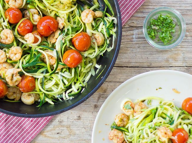 Zucchini Nudeln mit Schrimps und Cherry-Tomaten