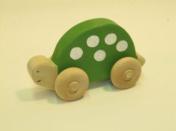 """Turtle Homeless eco amigável por USWoodToys no Etsy Esta tartaruga está pronto para jogar de pé cerca de 3 """"de altura e 5"""" por muito tempo. $15.95"""