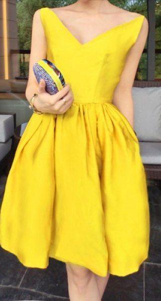 Fichamos estas 20 ideas para lucir perfecta en cualquier ocasión con un vestido de cóctel amarillo