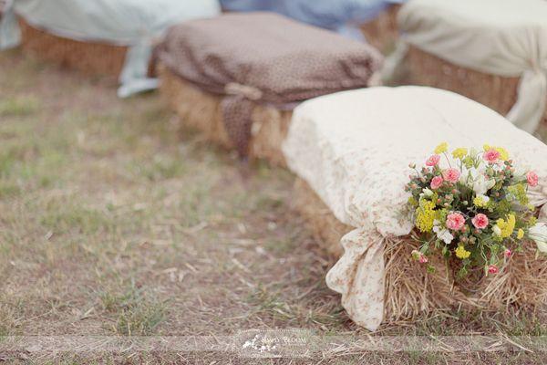 Sweet! JAMEE HAYS<3: Outdoor Wedding, Outdoor Seats, Hay Bale Seats, Straws Bale, Cute Ideas, Country Wedding, Outdoor Parties, Ceremony Seats, Rustic Wedding