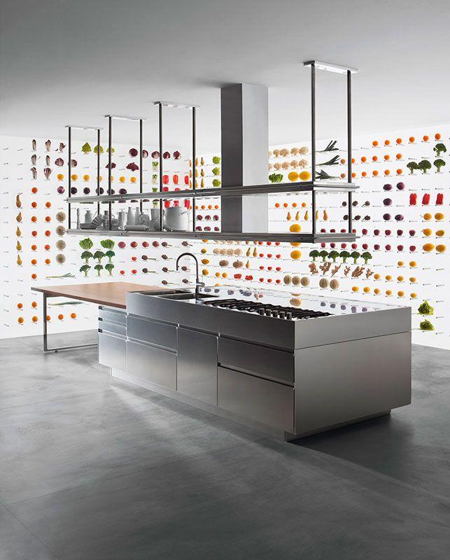 Cucina ARCLINEA modello Convivium acciaio inox con tavolo penisola in legno, dotato di meccanismo elettrico per la regolazione del l'altezza.