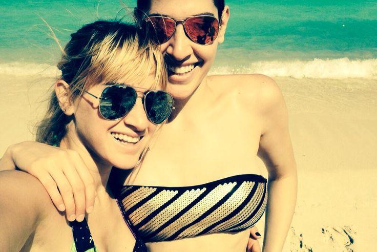 Hanna y Ashley siguen disfrutando de sus vacaciones...