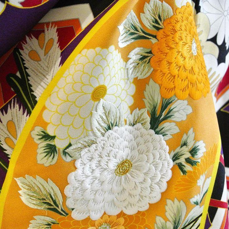 . 人気の『扇面若松友禅』。 沢山の模様を眺めていたら、袖にこんな仕事が。  友禅染めの花模様の上に刺繍を重ねて 立体感や奥行きが表現されていました。 糸の艶も美しいアクセントになっています。  細やかなこだわりに、思わずため息。  #CUCURU#南青山#花嫁着物#色打掛#和装#打掛#和装結婚式#japanesefashion#bridal#cool