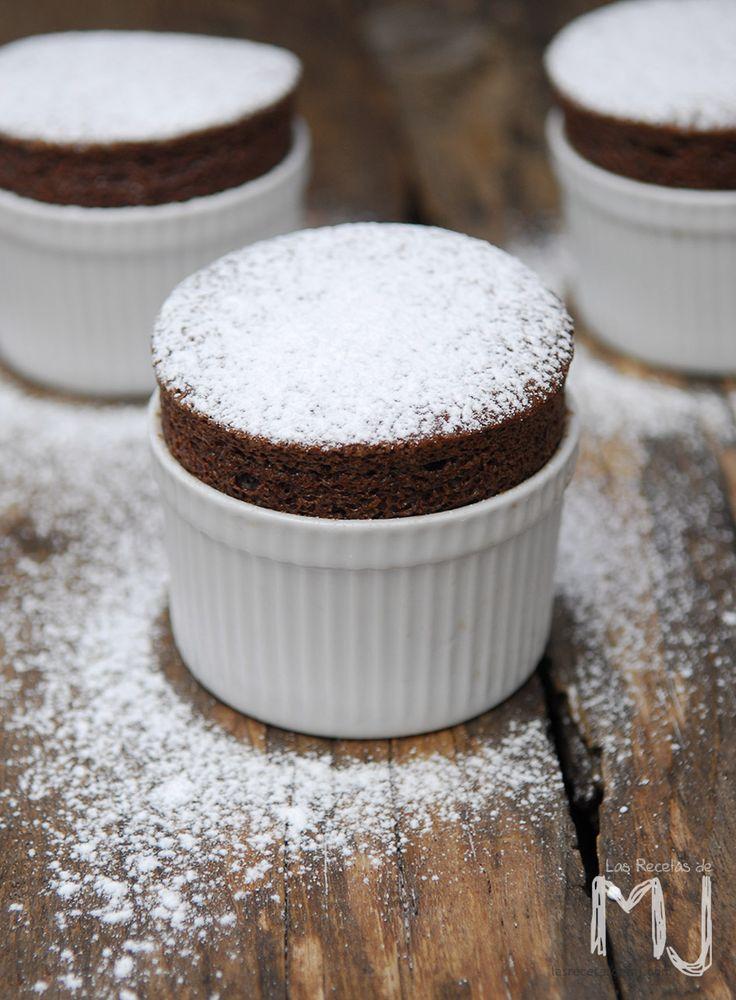 Hoy, todo un espectáculo, sobre todo para los muy chocolateros: Soufflé de chocolate. Y hacerlo bien es mucho más fácil de lo que pueda ...
