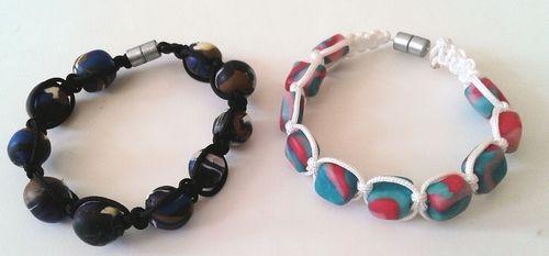 Kinderfeestje macramé armbandje maken met zelfgemaakte kleikralen