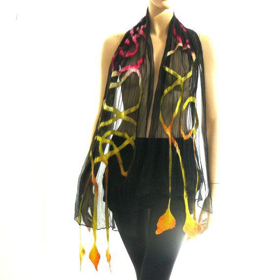 Nuno vilt sjaal zijde en wol Sjaals voor vrouwen. Handgemaakte, voelde Techical. Hoogwaardige materialen: merino wol en zijde.  Uniek, draagbare textielkunst. Zwarte zijden sjaals, wol en kleur. Zachte, comfortabele mode-accessoire. Lengte: 180 cm lang en 53 cm breed Wassen met de hand.