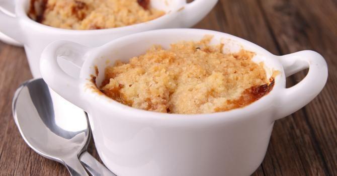 Crumble de pommes poêlées au miel Ingrédients : Pour 4 personnes  - 2 grosses pommes type Golden,  - 3 grosses cuillères à soupe de miel,  - 1 cuillère à soupe de jus de citron,  - 1 cuillère à soupe d'eau,  - 4 galettes bretonnes.