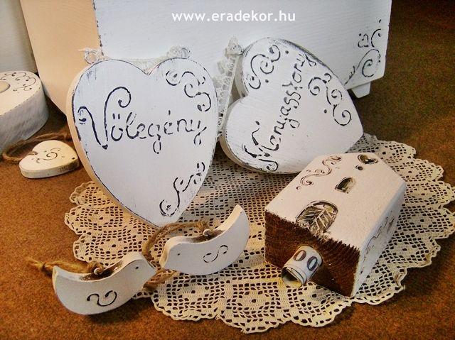 Rusztikus festett fa szívek Menyasszony és Vőlegény feliratokkal. Fotó azonosító: ESKSZIVEK05