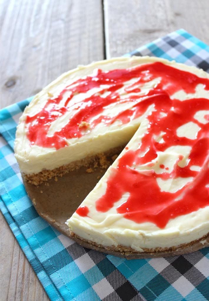 Cheesecake met witte chocolade / •500 gram witte chocola •250 gram monchou •200 ml slagroom •60 gram boter •200 gram biscuitjes (digestive) •125 gram suiker •250 gram mascarpone