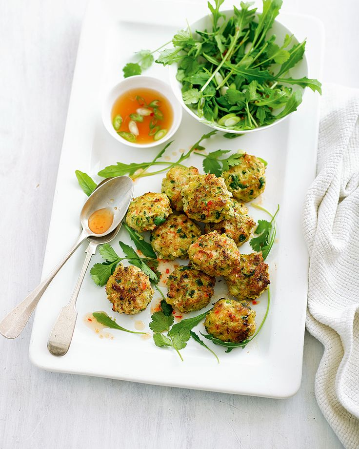 Bursting with vibrant flavours of coriander, lime and ginger, these Thai prawn cakes with sweet chilli dipping sauce make a great lunch or light dinner.