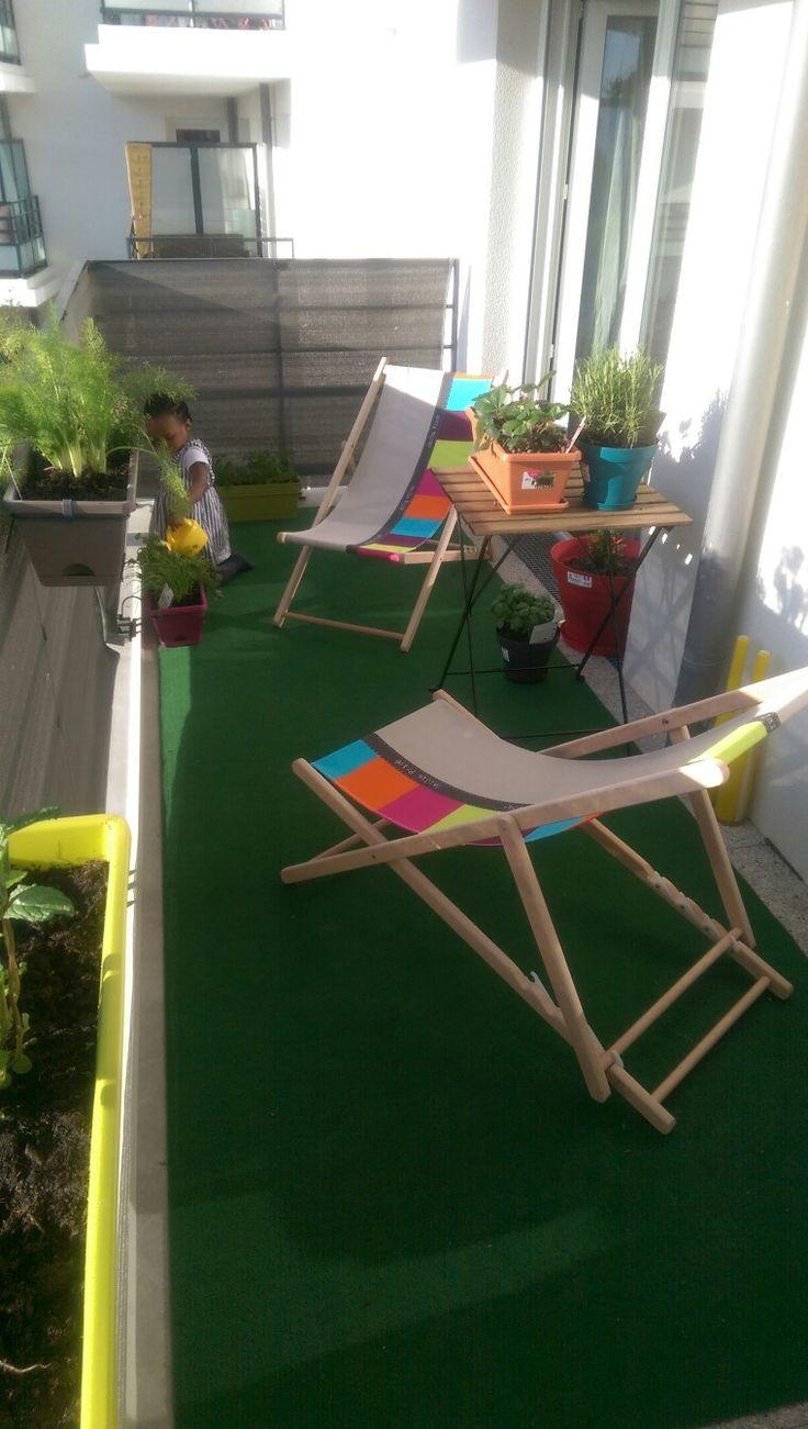 """Mon balcon aménagé pour l'été: moquette imitation gazon """"criquet"""" de chez castorama, chilienne """"enjoy"""" achetée chez auchan,  plantes aromatiques et jardinières de chez truffaut"""