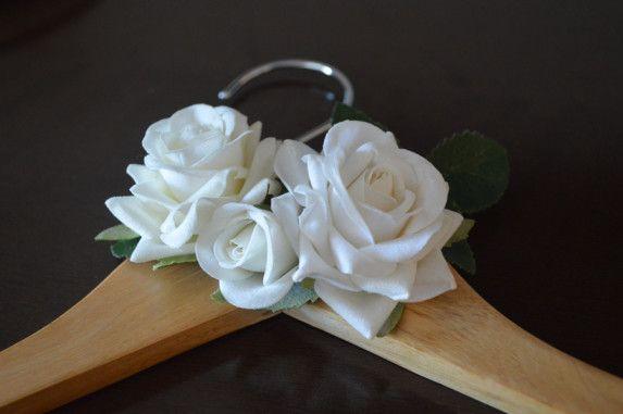 cabide-personalizado-para-noivas-e-madrinhas-com-flores