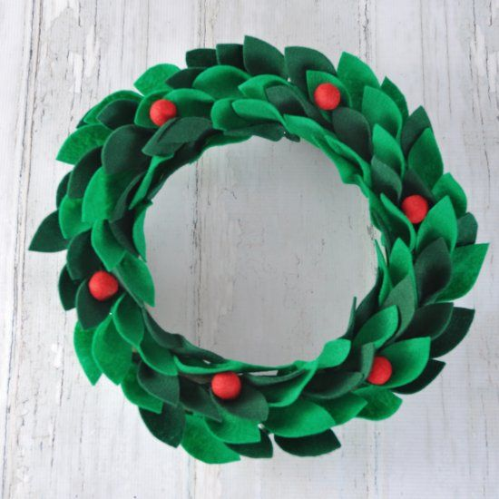 Make this Holiday wreath with felt! So easy and SO beautiful!