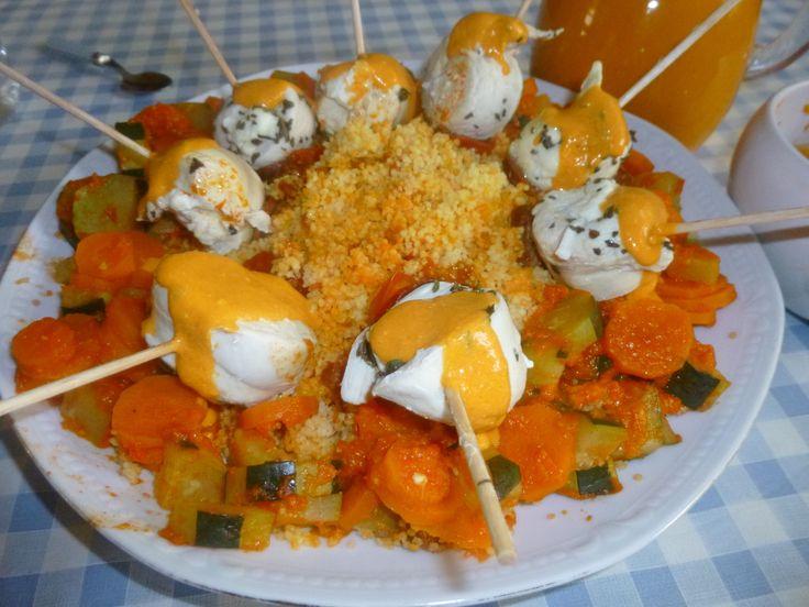 Un repas complet avec des petites brochettes de poulet ,aux saveurs grecques! 4 personnes -1 gros poivron rouge -1 petit poivron jaune -6 tomates -1 oignon rouge -2 gousses ail -1 càs huile olive -2 carottes -1 courgette -200G de graines de couscous (moyen)...