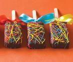 (Halve) Cakeplakjes aan een ijslolly stokje prikken. Dopen in gesmolten chocolade en versieren met icing, discodip of wat dan ook. Strikje erom en de kinderen hebben een eigen taartje op een verjaardag.