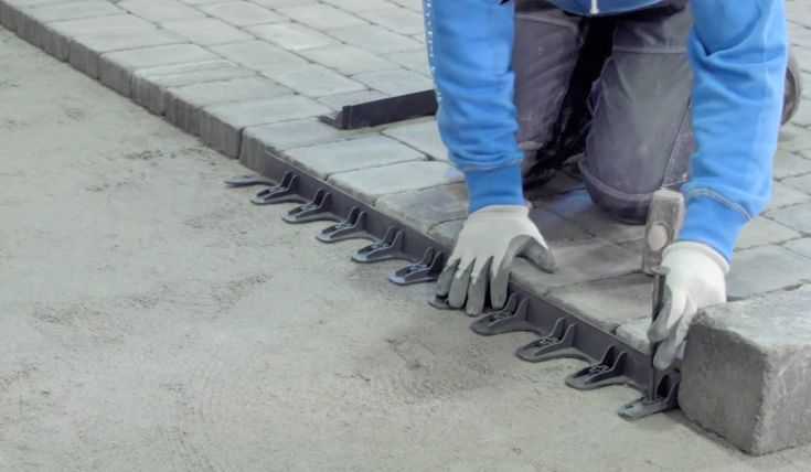 Plastkantstøtte brukes til å kantsikre et dekke av belegningsstein eller heller, den kan bues og syntes ikke. Plastspikre til å feste kantstøtten i underlaget følger med. Perfekt til avgrensning mot plen og asfalt.