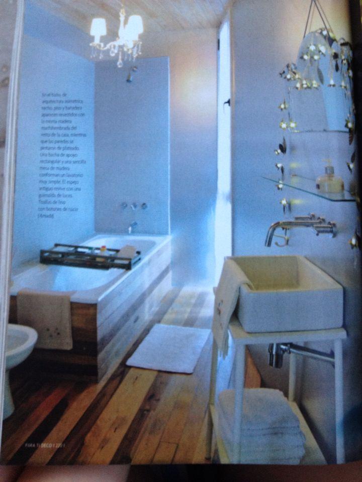 Techo, piso y bañera revestidos con madera machihembrada. Para ti Deco