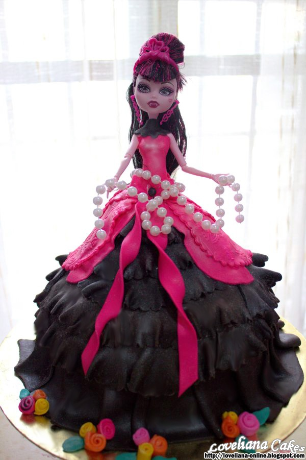 Fashionable Gothic Monster High Cake by http://loveliana-online.blogspot.com/