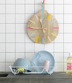 DIY kitchen clock made from a wooden cutting board, wooden knife & fork and washi tape. Instructions in Dutch. Use Google translate.