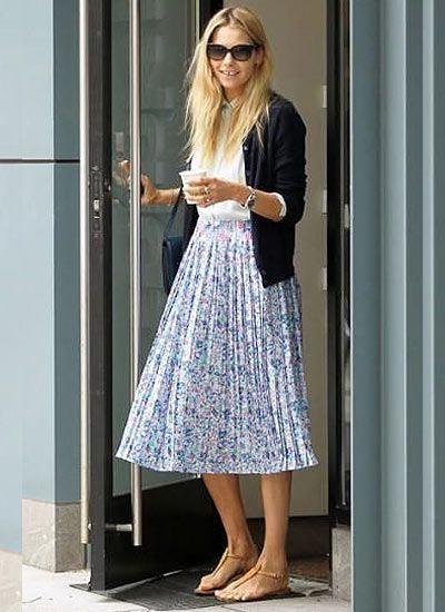黒カーデと白シャツ×花柄プリーツスカート(ミモレ丈)のコーデ 黒カーデ×白シャツのシンプルなコーデを春らしく変身☆ 花柄プリーツスカートを合わせるだけで、ガラッとオシャレに変わっていますね。 清涼感の出るサンダル合わせも◎。カーディガンを使ったガーリーコーデにもアリです。…