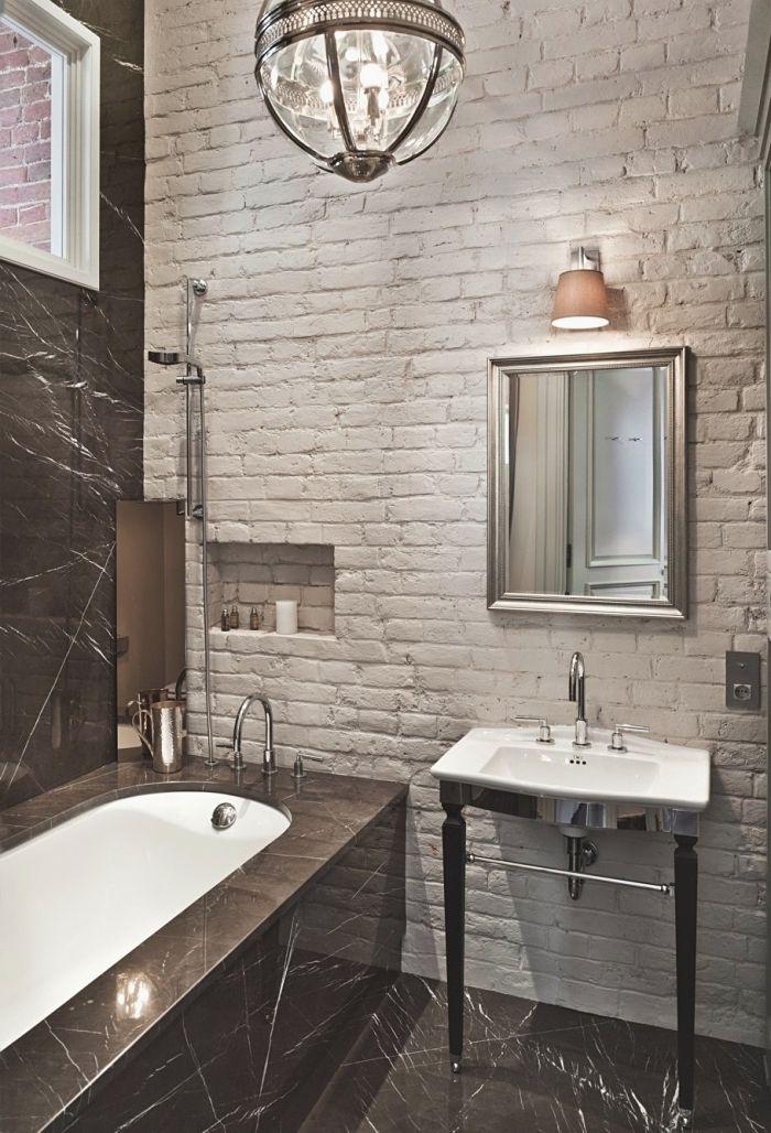 Deco Moderne Salle De Bain Avec Baignoire Aux Murs En Briques Blanches Et Carrelage Noir Lavabo Blanc