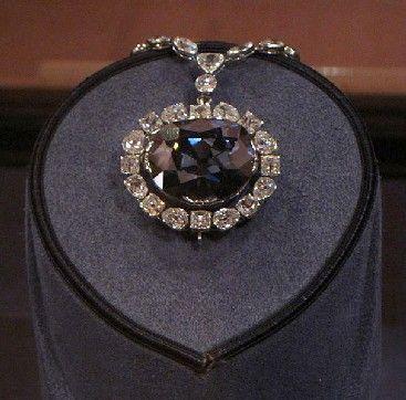 Le diamant Hope : histoire d'un joyau mythique : Le diamant Hope, qui porte le nom d'un de ses propriétaires, est le plus gros et le plus cher diamant bleu du monde. Nous vous proposons de découvrir l'histoire et les légendes qui entourent ce joyau extraordinaire.