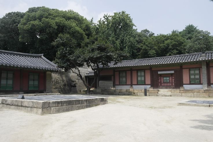 종묘(宗廟/Jongmyo Shrine):Jongmyo is the oldest and most authentic of the Confucian royal shrines to have been preserved. ( http://whc.unesco.org/en/list/738 )