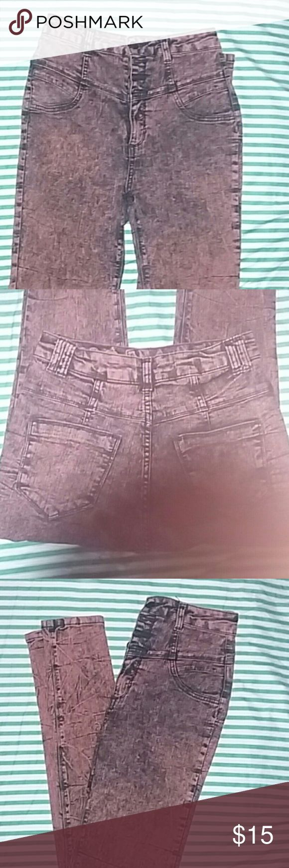 High Waist Jeans🍑 80% Cotton. Comfortable skinny jeans. Front has four buttons and a zipper with fake pockets & back side has two pockets.  Can take better pictures if interested! Jeans Skinny