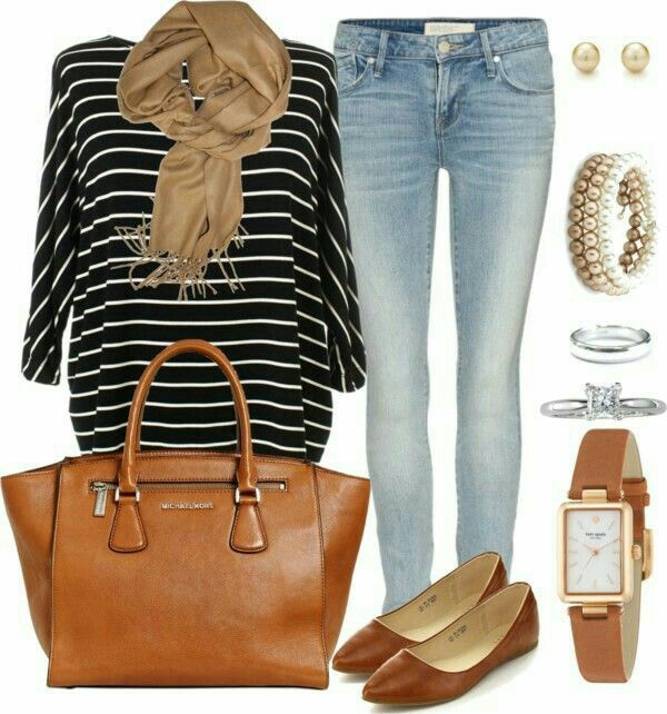 Casual.   Jeans, blusa negra con rayas blancas,  zapatos café y accesorios café