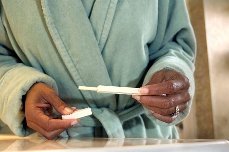 Síntomas de la quinta semana de embarazo. Los profesionales de la medicina cuentan la semanas de embarazo desde el primer día de tu último periodo menstrual. A las cinco semanas de embarazo, estas alrededor de una semana después de tu fecha de periodo (tres semanas después de la fecha de ...