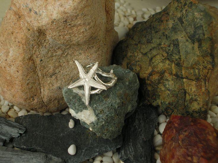 Anello sardo in argento 925/1000 con stella marina adagiata su un ramo di corallo. Viene realizzato artigianalmente con fusione a cera persa. #RRorafi #GioielliCheAttraversanoIlTempo #Jewels