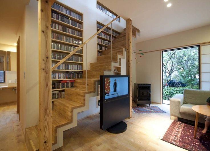 壁の厚みを利用して、階段に沿って2000枚以上のCDが収納できるようになっています。既存の階段は撤去して同じ位置にスチールのフラットバーのササラで軽快な階段に作り替えました。左奥には洗面コーナーが見えます。 専門家:が手掛けた、階段に沿って大容量のCD収納(石引の家)の詳細ページ。新築戸建、リフォーム、リノベーションの事例多数、SUVACO(スバコ)