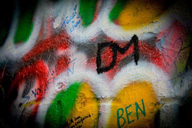 El Muro de John Lennon es una pared, que en su día fue una más de las que se podían encontrar en cualquiera de los edificios del barrio de Malá Strana, en la capital de la República Checa: Praga, pero que desde principio de los años 80 recibe este nombre al ser continuamente decorada con nuevos graffities inspirados en la figura de John Lennon y con estrofas de canciones de los Beatles. — en Muro de John Lennon - Praga, República Checa.