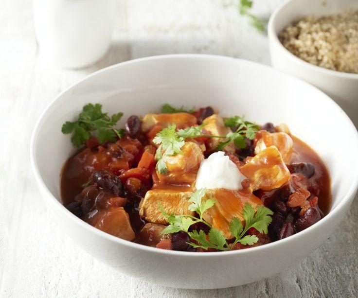 Stufato messicano con pollo e quinoa. Questo stufato fa pensare a chili con carne in una versione più leggera e nutriente con pollo, yogurt e quinoa. Un ottimo piatto da mangiare durante la settimana con i sapori del Sud. Se vi piace un po' più piccante, aggiungete un pizzico di pepe di cayenna!