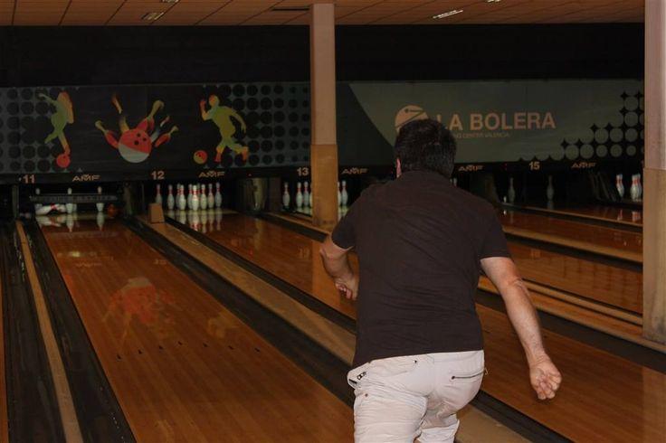 Enrique lanzando en el campeonato de bolos. Fallas de valencia. Falla Arquitecto Alfaro.  www.fallaarquitectoalfaro.com/deportes/